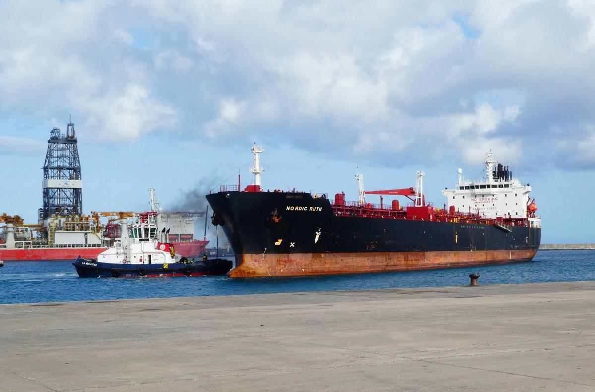 Puerto de Las Palmas   Cambulloneros   atraque buque tanque