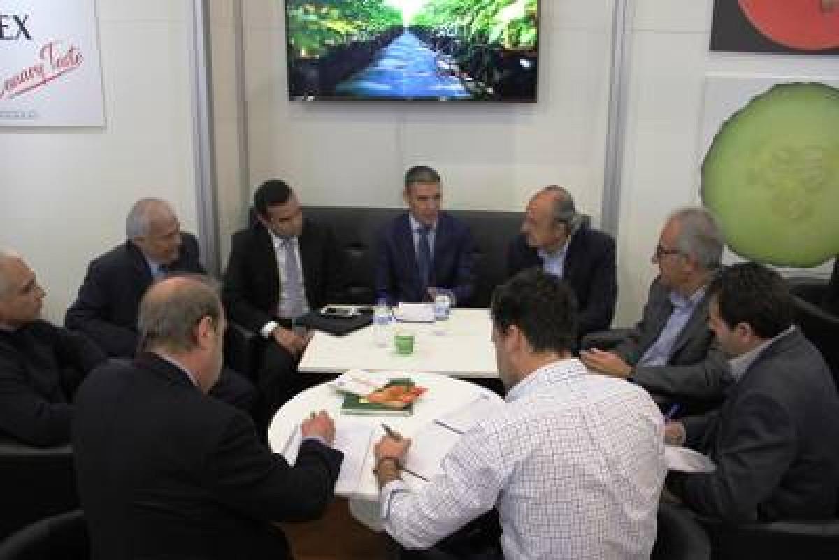 Narvay Quintero reunido con productores de tomate en Berlu00c3 n